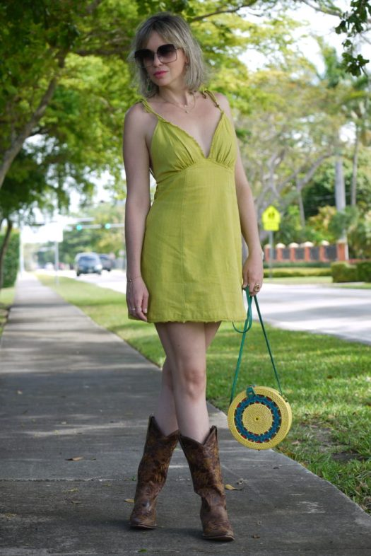 Alba Marina Otero fashion blogger from Mylovelypeople blog shares with you how to combine a linen dress with cowboy boots, with a rounded raffia bag, maxi sunglasses and statements earrings. The history of cowboy boots and how they become a staple fashion footwear.