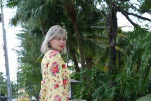 Alba Marina Otero fashion blogger from Mylovelypeople blog shares with you how to updated you wardrobe for this coming spring season with one basic piece. She is wearing a flower wrap dress from &otherstories with purple block heels and circle hand bag.