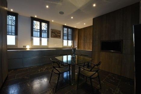 Un vrai espace repas et TV dans votre cuisine EGGERSMANN, électroménager GAGGENAU.