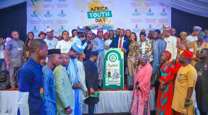 The Federal Government on Sunday rewarded 12 youths who won the Federal Ministry of Youth and Sports Development 60-day App Challenge.