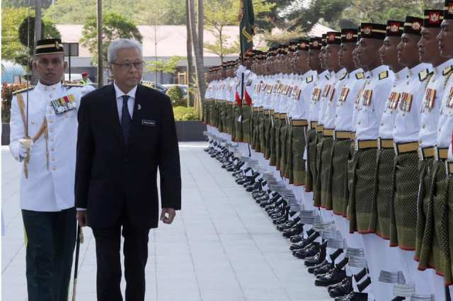 Dato' Sri Ismail Sabri Yaakob inspecting the Guard of Honour