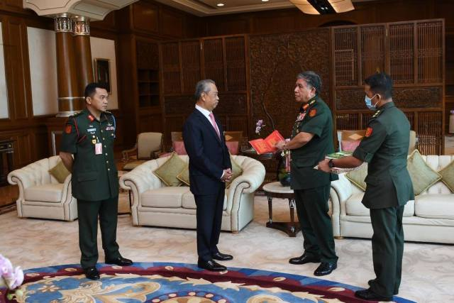 rime Minister Muhyiddin Yassin received the farewell visit of Chief of Army (COA), General Tan Sri Dato' Seri  Panglima  Ahmad Hasbullah Mohd Nawawi.