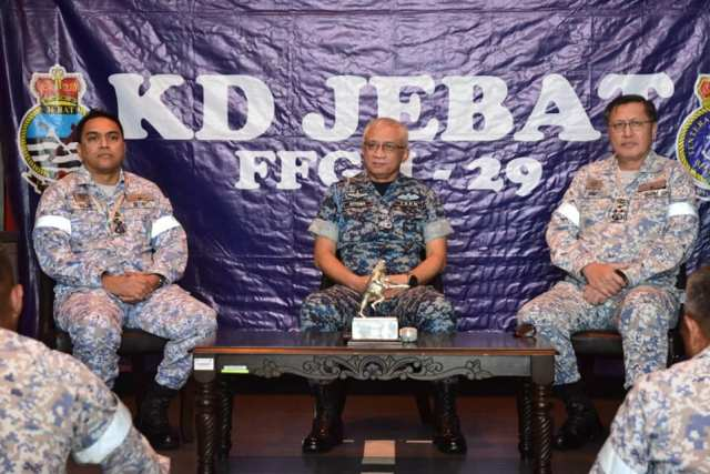 CDF GEN Tan Sri Affendi Buang Speaking to personnel of KD Jebat together with Chief of Navy and Western Fleet Commander.