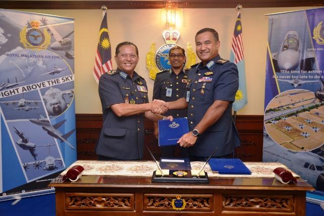 MG Dato' Zahani bin Zainal Abidin taking over the ACOS Planning and Development office from LG Dato' Dzulkarnain bin Hj Ahmad.