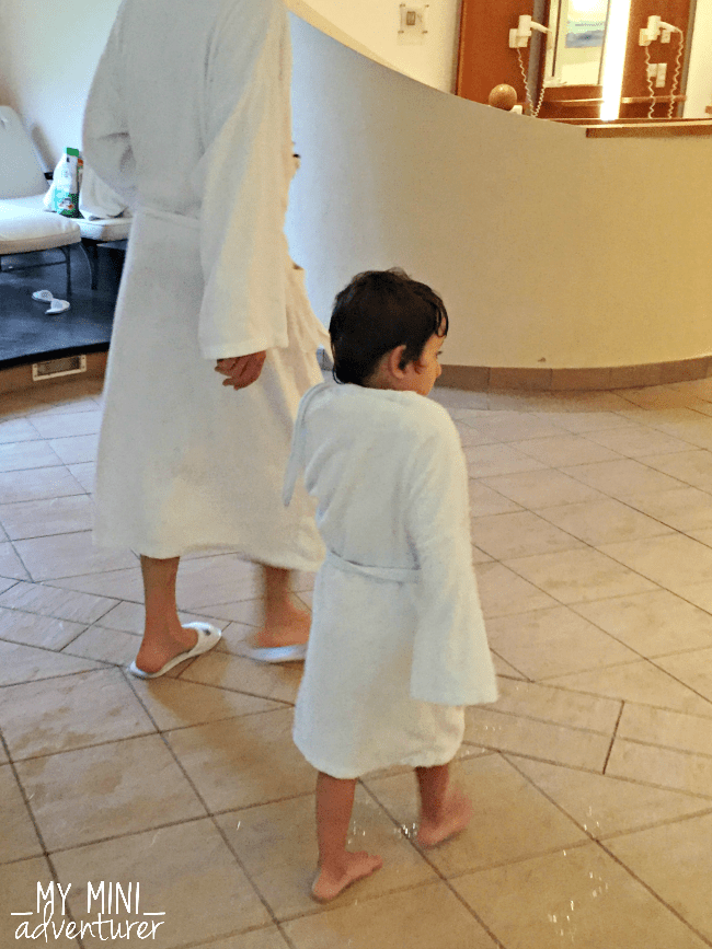 kinderhotel-pool-robes