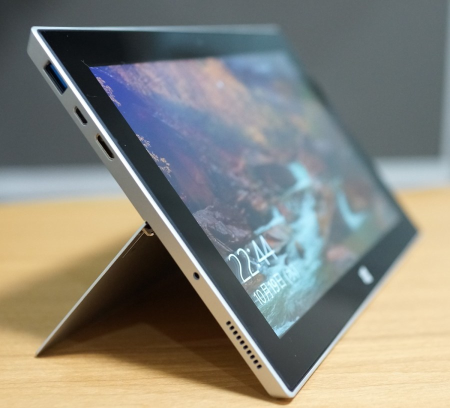 Jumper EZpad 5SE Tablet PC 実機レビュー 左から見た外観の参考画像 キックスタンドは深めで立てています