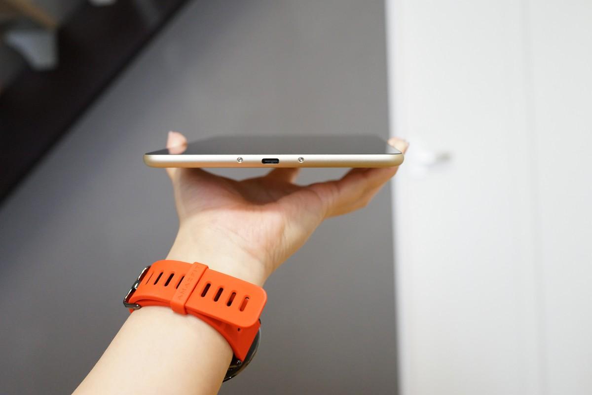 Xiaomi Mi Pad 3手に持ったところの参考画像