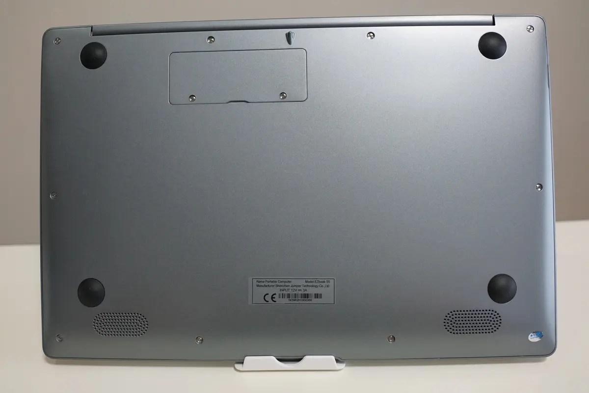 Jumper EZbook S5 レビュー 背面にはゴム足で滑り止め加工