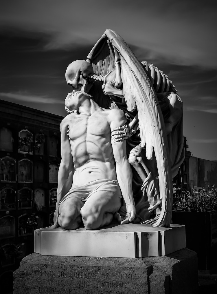 Black and White Photo of Kiss of Death Sculpture in Barcelona