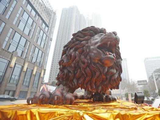 Giant Lion Carved from Tree Trunk - World's Largest Redwood Sculpture