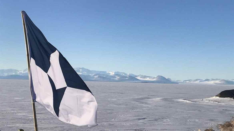 True South, la bandera de la antártida en la plataforma de hielo ross