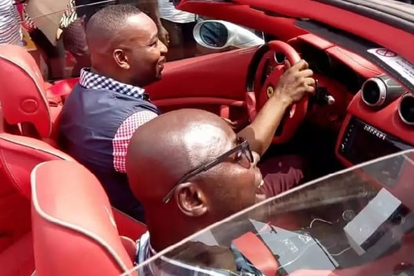 VIDEO: Wontumi displays a bag full of cash in his customized plated Ferrari