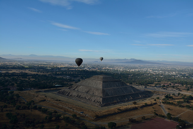 Mexico%20Photos/Teotihuacan%20balloons.jpg