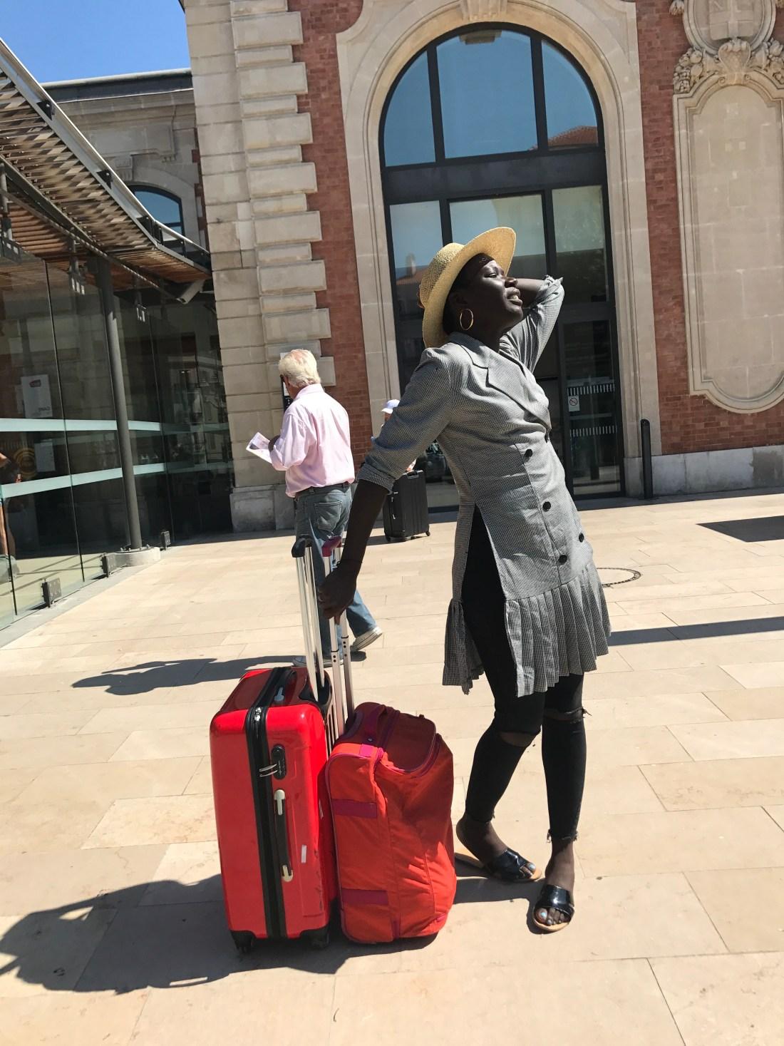 paris travel blogger with kipling