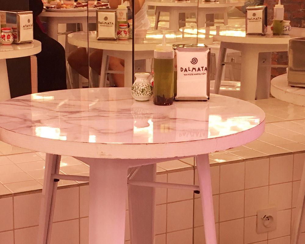 Dalmata-paris-bonne-adresse-deco-table-marbre
