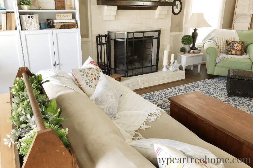 Love pillows? Learn how to make this super chic and super simple one with NO SEWING! That's right! Click to the post to learn how!