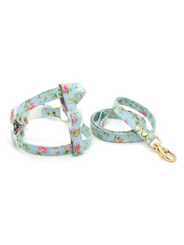 Conjunto Peitoral e Guia para Cachorro Estilo Americano em Tecido Azul e Rosa Florido Metais Dourados