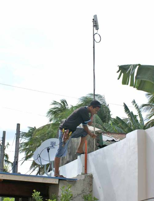 Mounting the SmartBro wireless Internet antenna, Tigbauan, Iloilo