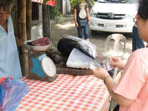 Buying ultra-fresh Yellow Fin Tuna in San Joaquin, Iloilo