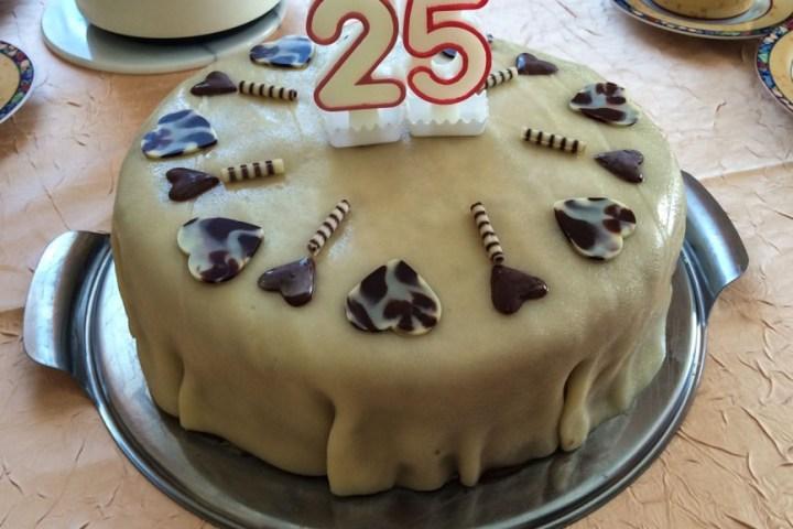 Torte mit Marzipandecke verziert