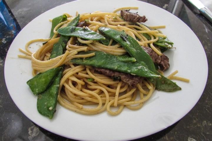 Spaghetti mit Bohnen und Fleisch
