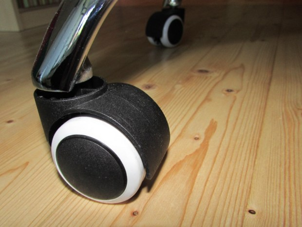 Schreibttischstuhl auf Echtholzboden