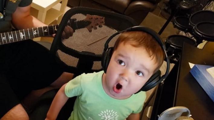 Dad films son singing, so cute!