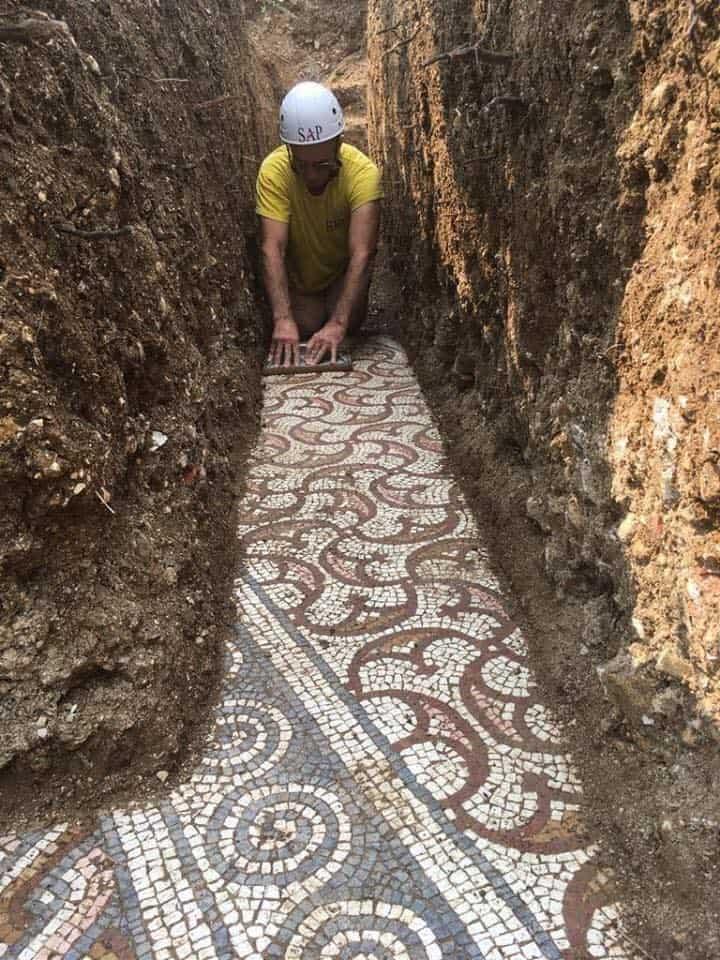 Arqueólogos descobriram mosaico romano antigo notavelmente intacto sob uma vinha no norte da Itália 4