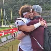 Kindhearted nurse arranges plane to fly dying father to see his son play football one last time