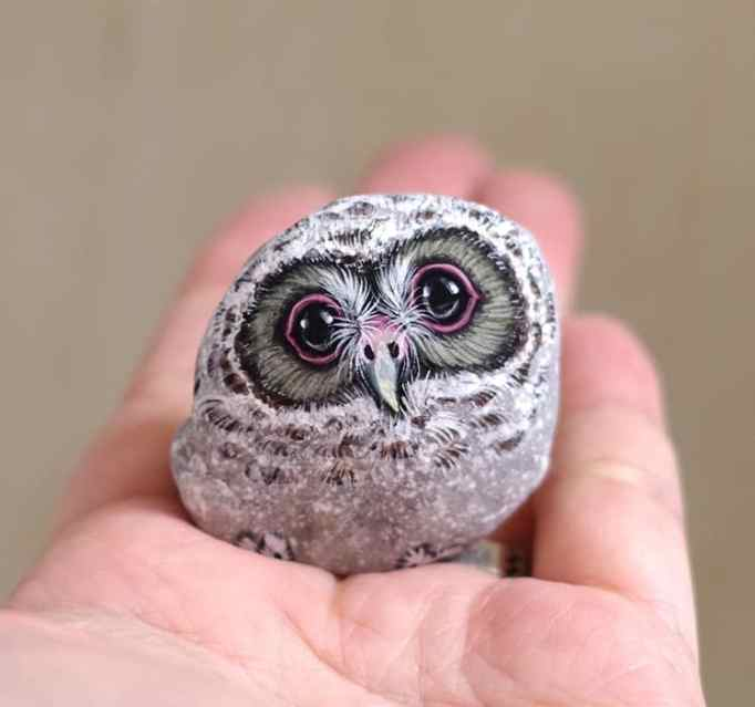 An image of an owl painted on a stone by Akie Nakata