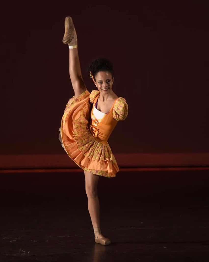 Vitória Bueno performing onstage