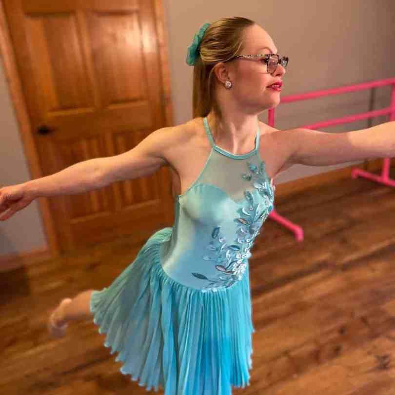 Подающая надежды модель Sports Illustrated Микайла Холмгрен в синем платье принимает позу балерины