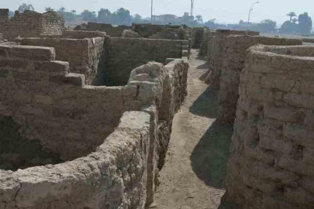 Руины затерянного золотого города в Египте