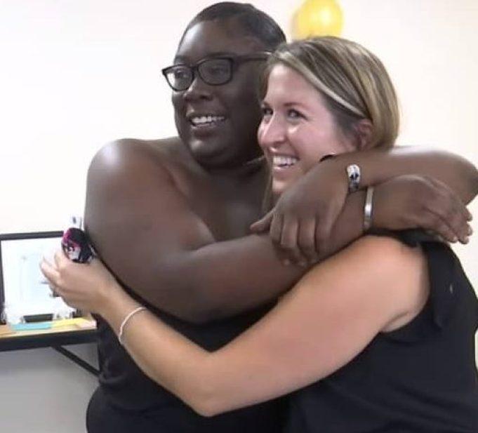 Лия Паскалидес и Моньяй Паскалидес обнимают друг друга