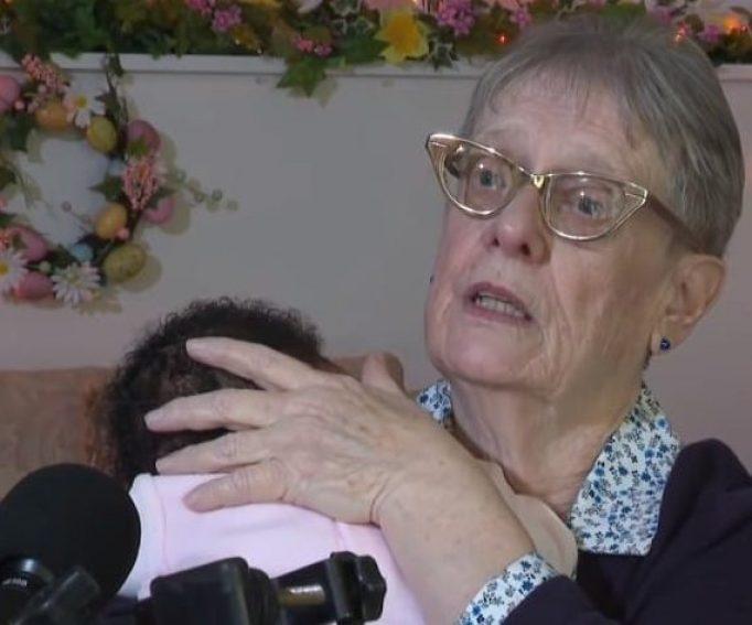 Линда Оуэнс держит младенца на руках во время интервью для KPIX