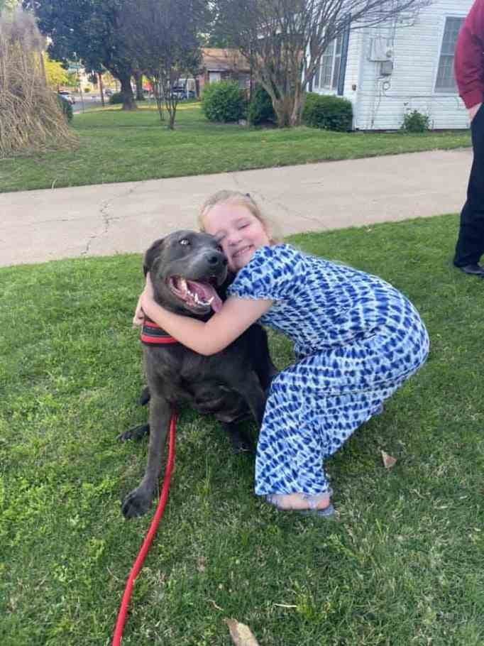 Raelynn Nast обнимает Blue the Labrador