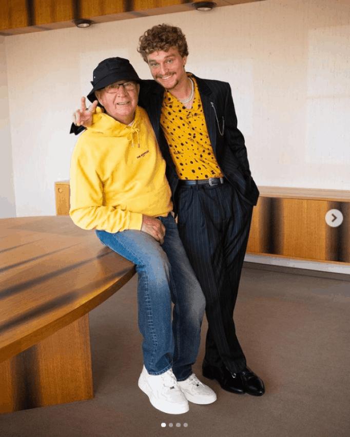 Дедушка одет в цвета своего любимого внука Янника.