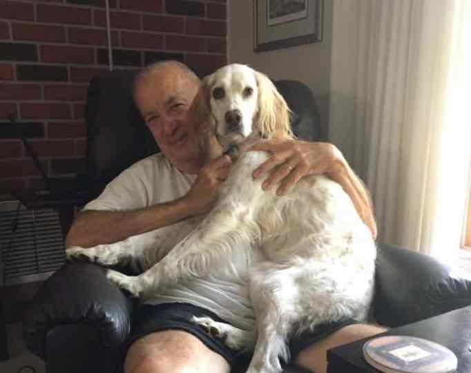 Майк Монахан с одной из их собак.