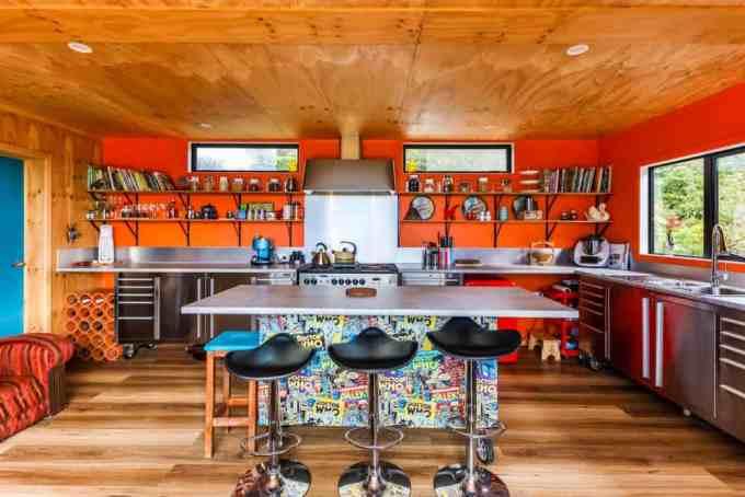 Хозяйка выкрасила свою потрясающую кухню в оранжевый цвет.