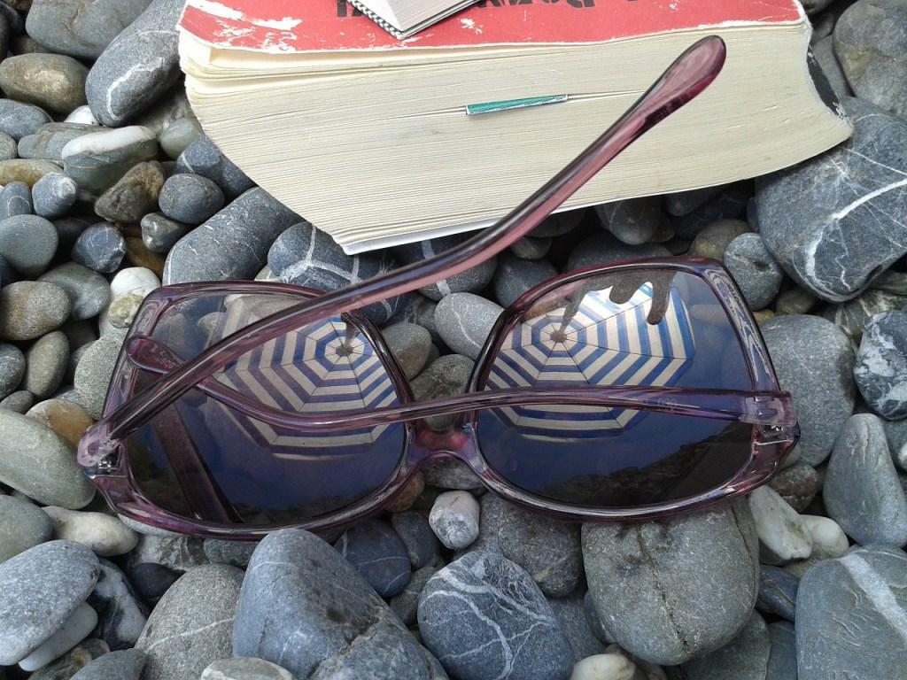 Livre et lunettes