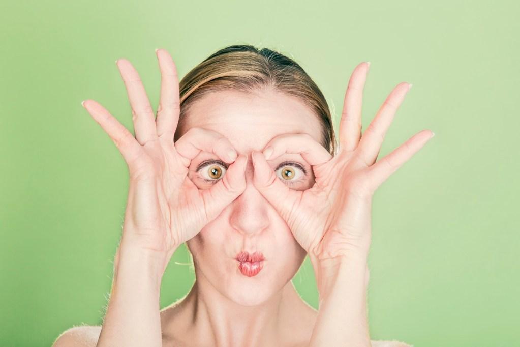 Femme cherchant avec des lunettes