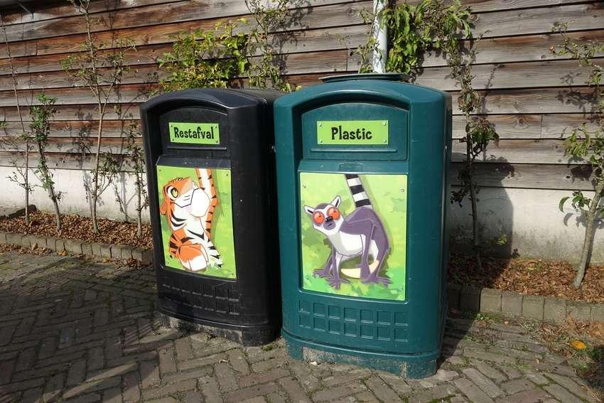 litter bin and plastic bin with drawings of animals in Dierenrijk Mierlo Nuenen in the Netherlands