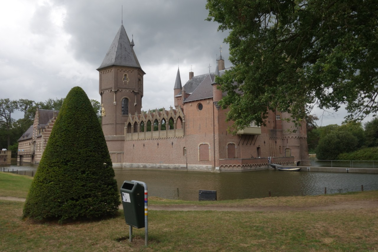 a litter bin in front of the Castle Heeswijk in the Netherlands