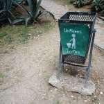 a green litter bin in La Havana Cuba with the inscription limpiemos juntos (let's clean together)