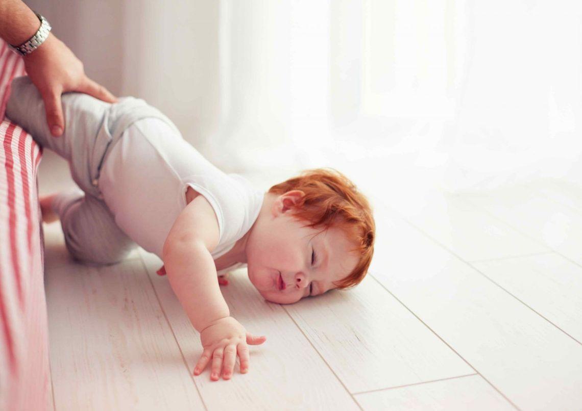 bebé caída de cabeza