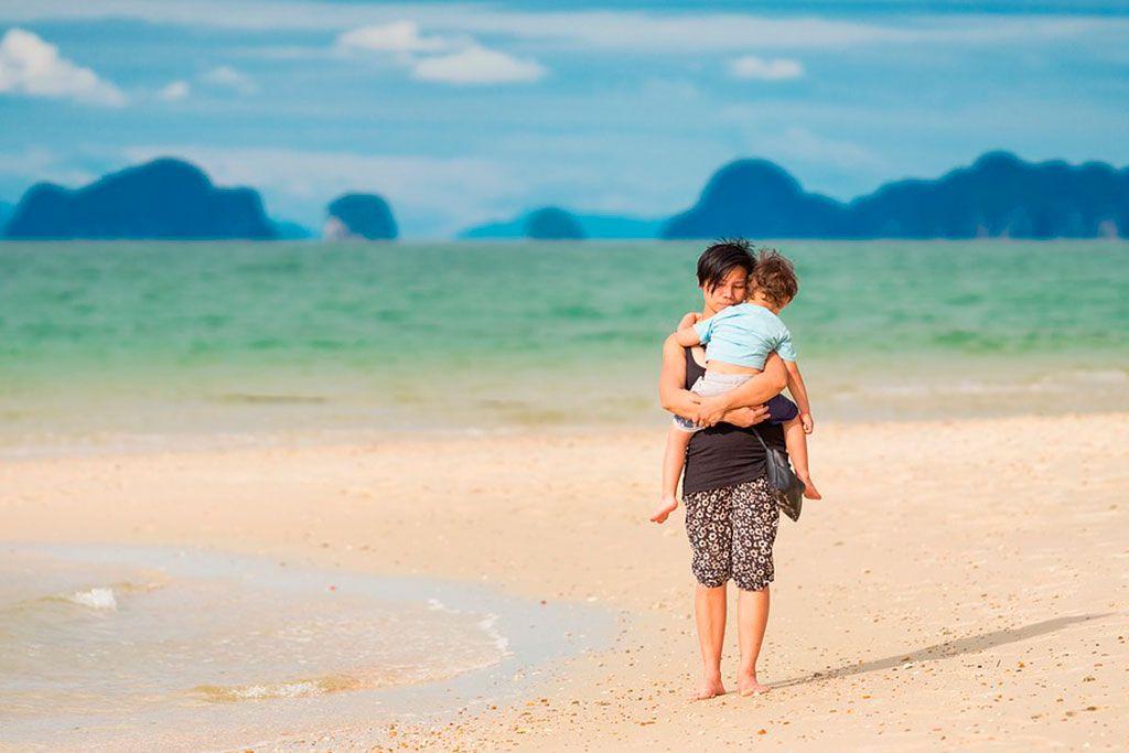 Mama e hijo en la playa