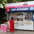 Bishkek, capitale du Kirghizstan, Mai 2014. Une coccinelle achète une gazette dans un kiosque à journaux, alors que d'autres s'en vont acheter de l'électroménager chinois dans des grands magasins à moitié vide. Quelques mètres plus loin, sur le même trottoir, une boutique de luxe organise des live pour attirer le client mais ça n'a pas l'air de marcher… Ici, LVMH a encore quelques efforts à faire…
