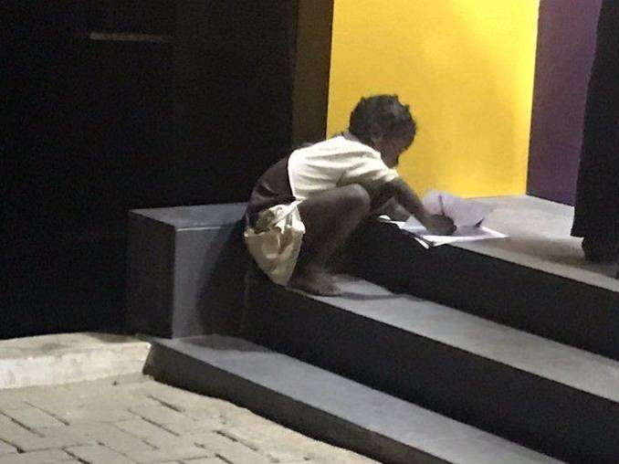FCMB Reacts to a Viral Picture of a Little School Girl Doing her Home work with the Aid of Their ATM Gallery Light .