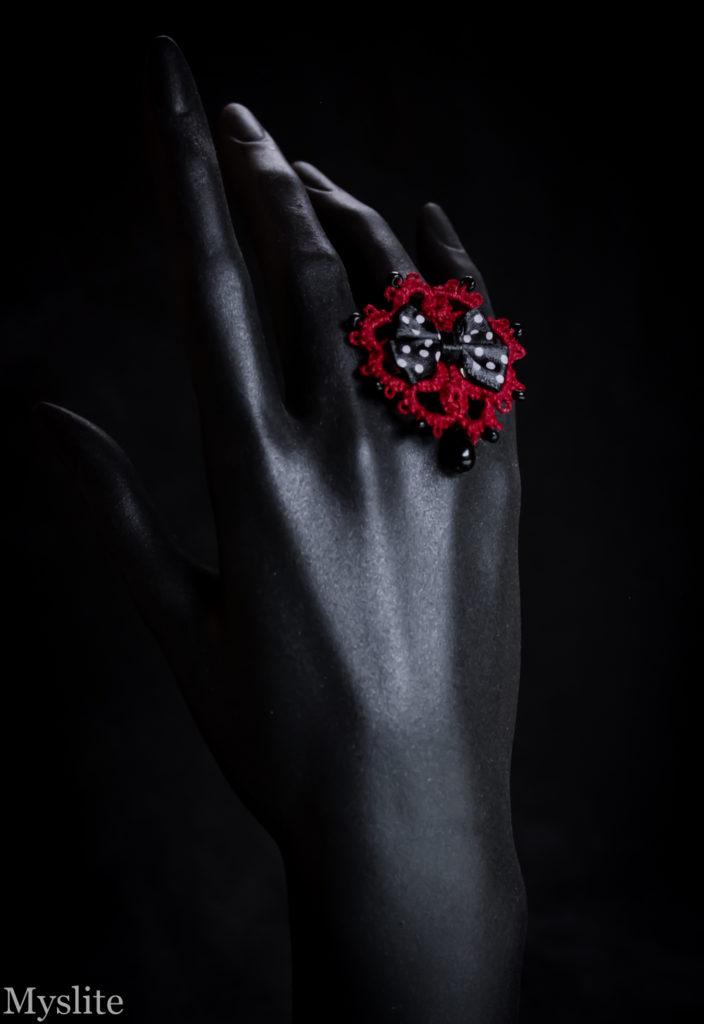 cfc511fbb322 Bague en dentelle rouge bordeaux rockabilly avec noeud décoratif noir à  pois blancs et perle pendante
