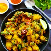 Garlicky Potato Spinach Curry